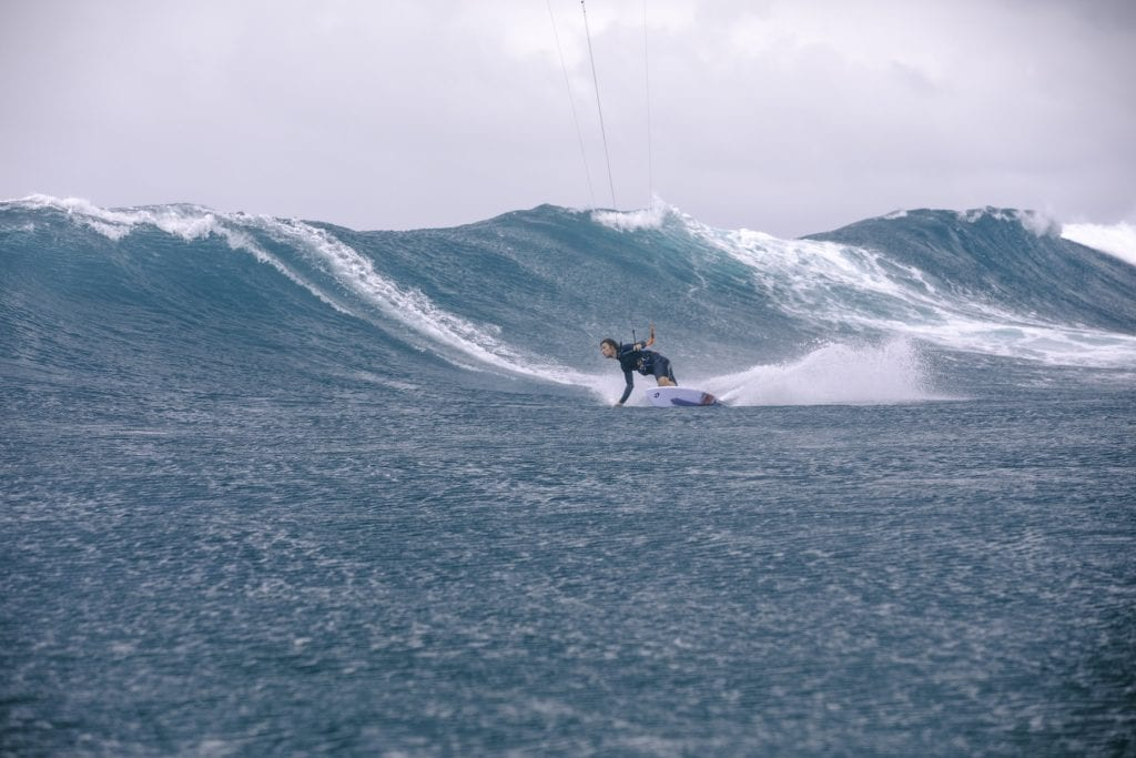 strapless-kitesurfing-carving-turns